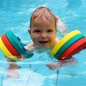 sécurité à la piscine et brassard pour enfant ou bébé