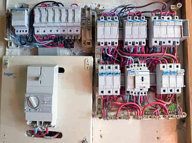 Electricit dans les logements attention danger - Travaux installation electrique ...