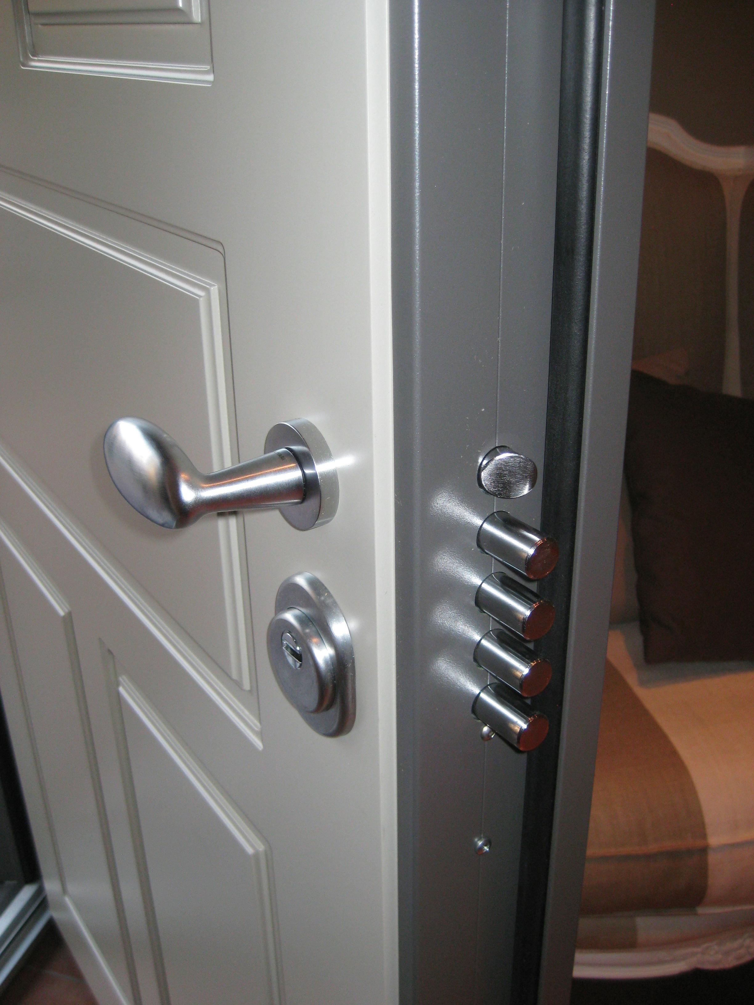 forcer une porte blind e il en faut des efforts. Black Bedroom Furniture Sets. Home Design Ideas